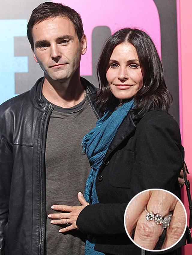 Chiếc nhẫn đính hôn của Courteney Cox trang nhã hơn với thiết kế tinh tế, do chính người bạn thân lâu năm của cô – Jennifer Meyer – thực hiện. Ngôi sao Johnny Mcdaid đã bàn bạc, lên ý tưởng với Jennifer để có được chiếc nhẫn ưng ý nhất dành cho vợ chưa cưới.