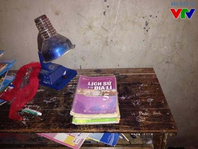 Những cuốn sách giáo khoa đã cũ của con chị Phúc chuẩn bị cho năm học mới.