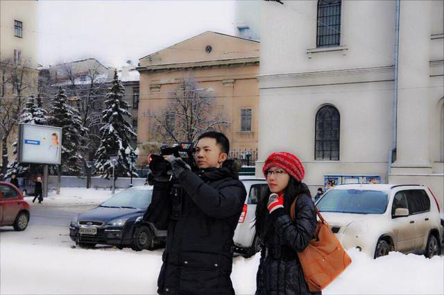 PV Nhật Linh (phải) và quay phim Chu Thái tác nghiệp tại Nga.