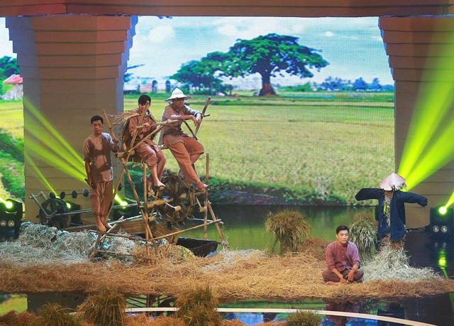Những công cụ làm nông và hình ảnh những anh chàng nông dân mộc mạc càng khiến tiết mục thêm phần sinh động.
