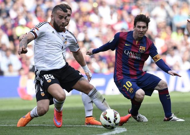 Nicolas Otamendi (áo trắng) sẽ tăng chất thép cho hàng phòng ngự Man Utd
