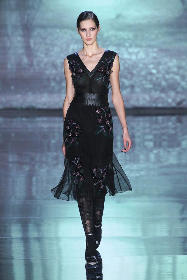 Còn ở BST của Nicole Miller, các họa tiết nhánh hoa tô điểm cho trang phục màu tối.