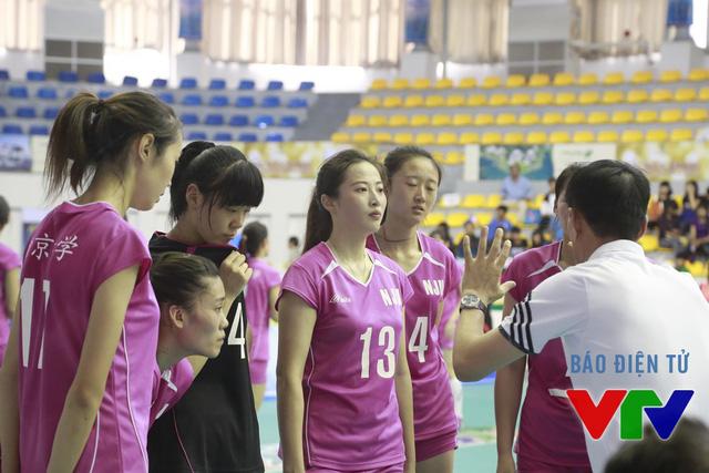 Ren Wenquian và các đồng đội liên tục nhận những lời nhắc nhở từ phía HLV Xu Jian ở set 1
