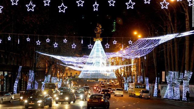 Đường phố ở Tbilisi (Georgia) cũng được trang hoàng lộng lẫy trong mùa Giáng sinh