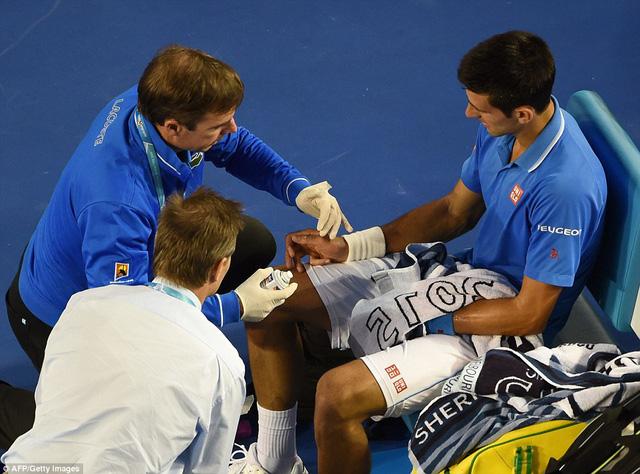 Ngay ở set 1, Nole đã cần tới sự trợ giúp của nhân viên y tế. Tuy nhiên, tay vợt hạt giống số 1 vẫn giành chiến thắng ở set đầu tiên này với tỉ số 7-6.