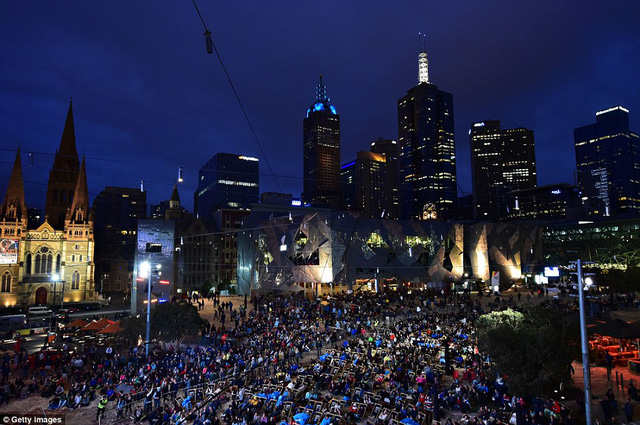 Hàng ngàn CĐV tụ tập bên ngoài sân theo dõi qua màn hình lớn và chúc mừng chức vô địch của Nole.