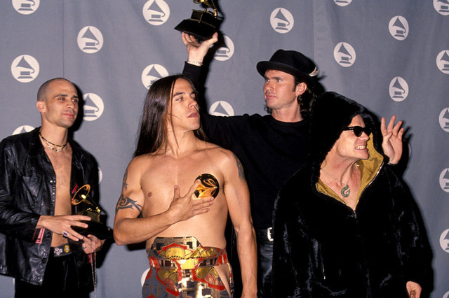 Nhóm nhạc rock Red Hot Chilli Peppers nghịch ngợm tại lễ trao giải Grammy năm 1993