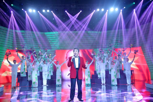 Ca khúc đã được NSND Quang Thọ thể hiện trong không khí trang nghiêm, với hình ảnh cờ đỏ sao vàng và những đóa hoa sen.