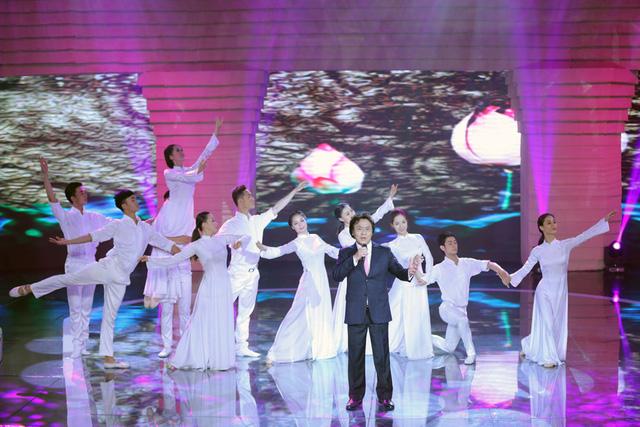 Tình cảm của người miền Nam dành cho Chủ tịch Hồ Chí Minh còn được thể hiện rất rõ qua ca khúc Người sống mãi trong lòng miền Nam, với phần thể hiện của NSƯT Quang Lý.