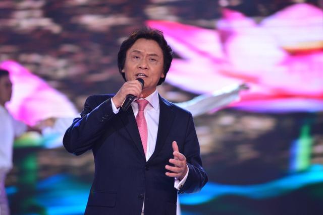 Giọng hát nhẹ nhàng, bay bổng của NSƯT Quang Lý đã chinh phục người nghe. Hình ảnh lớn của những bông hoa sen cũng được tái hiện trên sân khấu, càng tạo thêm dấu ấn cho tiết mục.