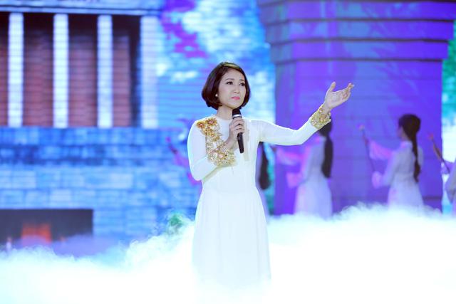 Còn NSƯT Thanh Thúy thể hiện ca khúc Vào lăng viếng Bác của nhạc sĩ Hoàng Hiệp.