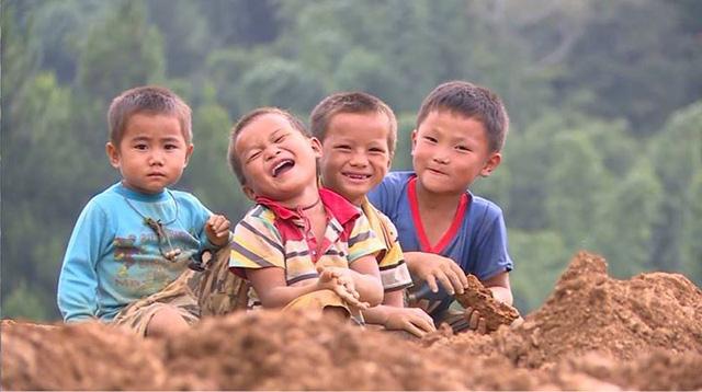 Các em nhỏ nghèo khó mà ê-kíp đã gặp gỡ trong hành trình thực hiện Cặp lá yêu thương.