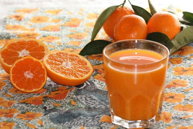 Nước quít rất giàu virtamin C. Trong 100g quýt có chứa 55 mg vitamin C.