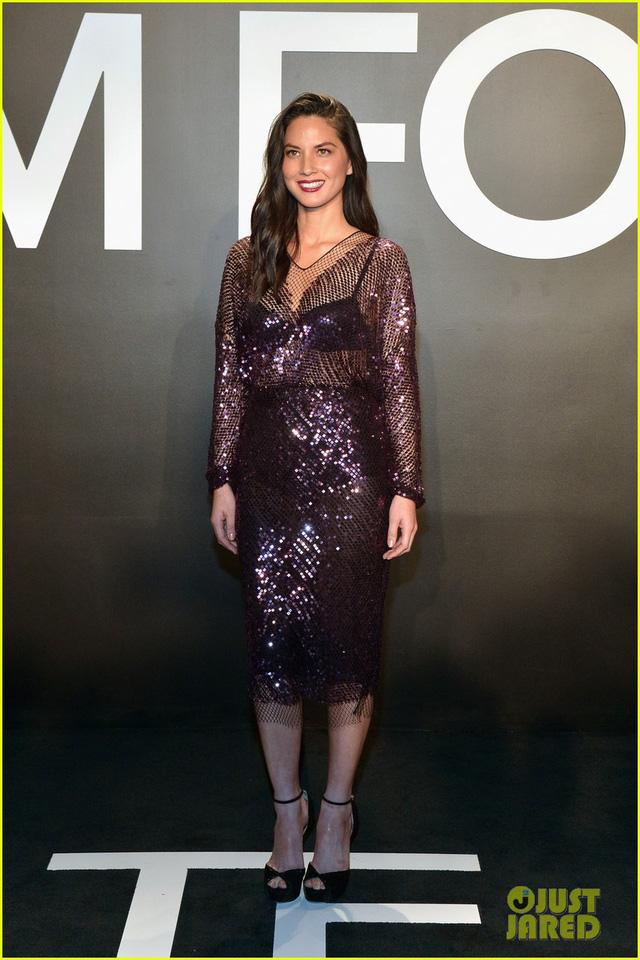 Olivia Munn trong bộ váy sequin màu tím tuyệt đẹp