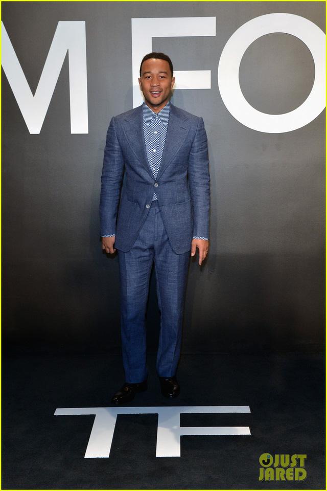 Nam ca sĩ John Legend - một ứng cử viên nặng ký của Oscar với ca khúc Glory trong bộ phim Selma - tham gia show diễn thời trang của hãng Tom Ford trong trang phục giản dị