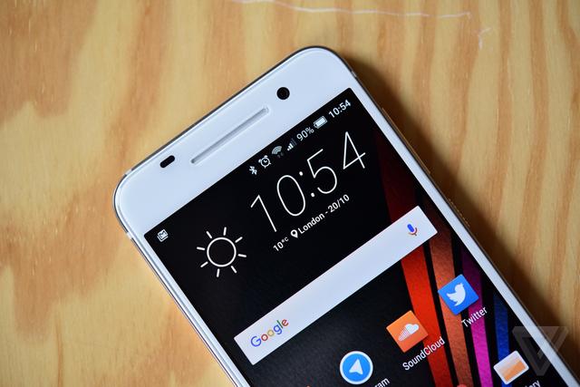 Thiết kế cụm loa ngoài BoomSound đặc trưng của HTC đã không còn