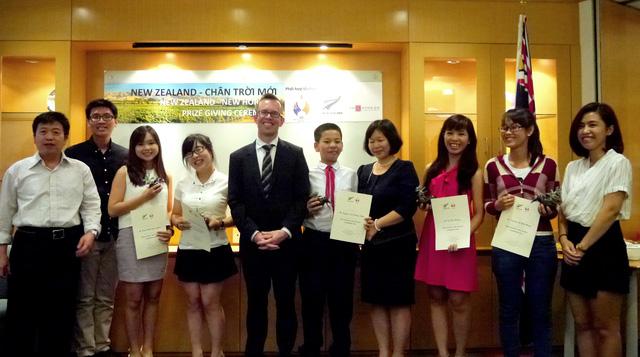 Đại sứ New Zealand tại Việt Nam Haike Manning trao giải cho các tác giả giành giải (Ảnh do ĐSQ New Zealand cung cấp)