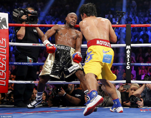 Với lối tấn công vũ bão, Pacman dồn ép đối thủ về phía dây văng sàn đấu.