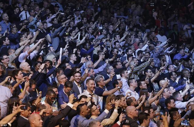 Đám đông phấn khích khi có cơ hội góp mặt để theo dõi trực tiếp trận đấu lịch sử. Họ không bỏ lỡ cơ hội quay phim, chụp ảnh ghi lại khoảnh khắc ấn tượng.