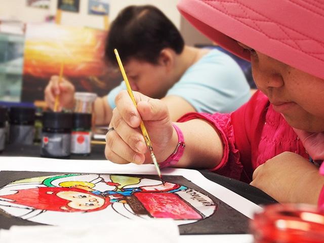 Những bức tranh này được bày bán tại cửa hàng chính thức nằm phía ngoài trung tâm mua sắm Ngee Ann City. Ảnh: SINGSOC