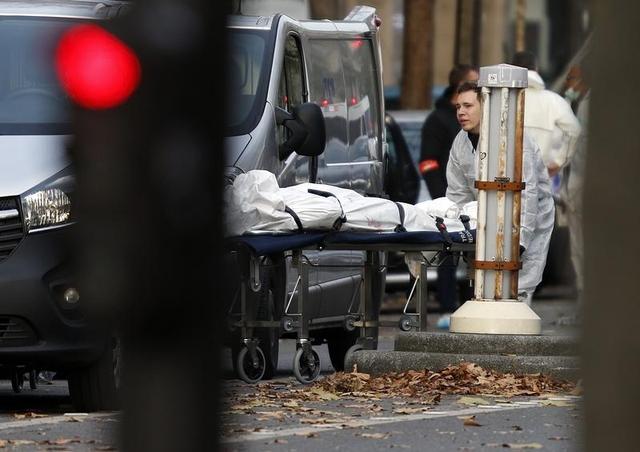 Một nạn nhân đang được đẩy ra khỏi phòng hòa nhạc Bataclan buổi sáng ngày 14/11 - sau một loạt các vụ tấn công gây chết người ở Paris tối 13/11. (Ảnh: REUTERS / Charles Platiau)
