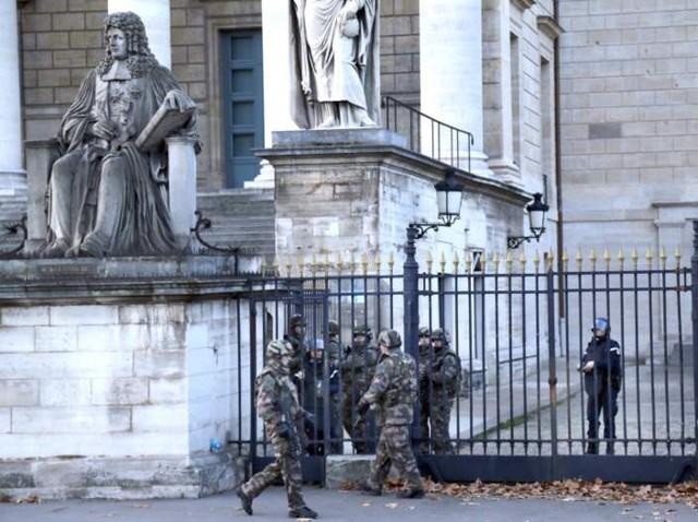 Những người lính bên ngoài tòa nhà Quốc hội Pháp. (Ảnh: BBC)