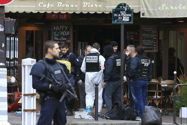 Cảnh sát điều tra làm việc tại hiện trường của vụ nổ súng - một quán bar ở Rue de le Fontaine - vào buổi sáng 14/11, sau khi một loạt các vụ tấn công gây chết người ở Paris. (Ảnh: REUTERS / Pascal Rossignol)