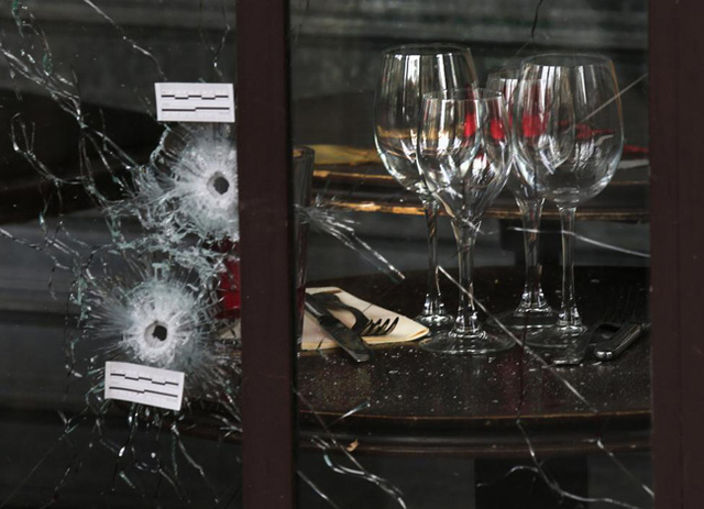 Những vết đạn trên cửa sổ một nhà hàng. (Ảnh: REUTERS/Pascal Rossignol)