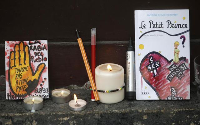 Cuốn truyện nổi tiếng Hoàng tử bé được đặt bên ngoài nhà hàng Le Carillon. (Ảnh: REUTERS/Christian Hartman)