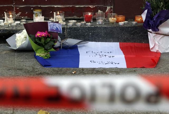 Những bông hoa được đặt bên ngoài nhà hàng Le Carillon. (Ảnh: REUTERS/Christian Hartman)