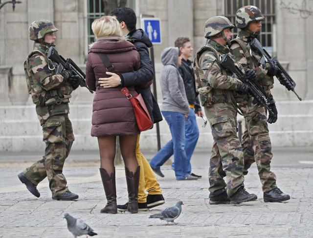 Tuần tra quân sự của Pháp ở gần Nhà thờ Notre Dame. (Ảnh: REUTERS / Yves Herman)