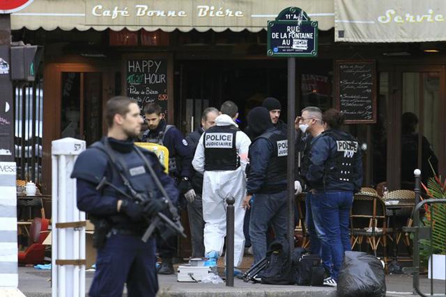 Cảnh sát điều tra làm việc tại hiện trường của vụ nổ súng tại một quán bar ở Rue de le Fontaine. (Ảnh: REUTERS / Pascal Rossignol)