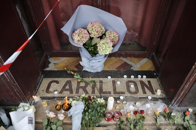 Những bông hoa được đặt trước cửa nhà hàng Le Carillon buổi sáng sau cuộc tấn công khủng bố. (Ảnh: REUTERS/Christian Hartman)