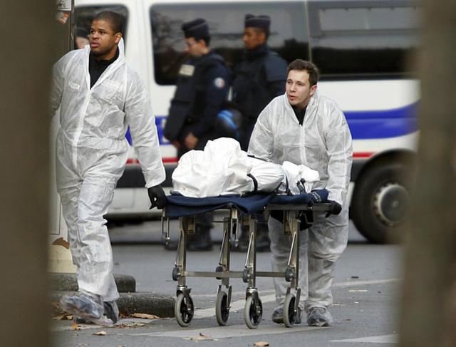Một nạn nhân đang được đẩy trên xe lăn ra khỏi phòng hòa nhạc Bataclan buổi sáng 14/11. (Ảnh: REUTERS / Charles Platiau)