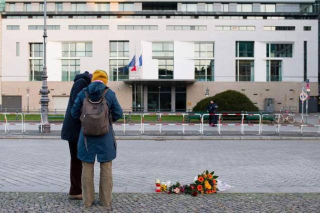 Những bông hoa bên ngoài ĐSQ Pháp tại Berlin.