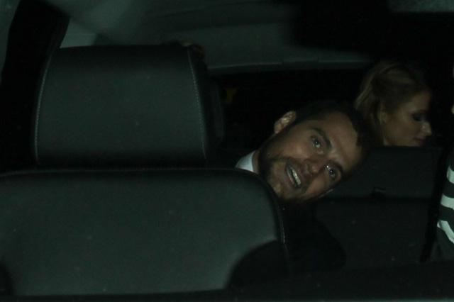 Henry và Paris bắt xe rời khỏi bữa tiệc để tới khách sạn.