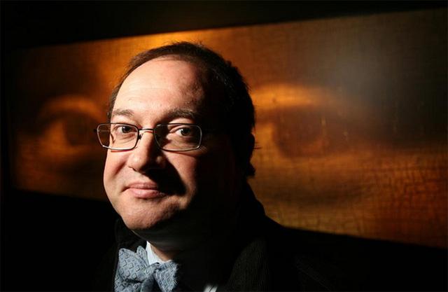 Pascal Cotte đã sử dụng máy ảnh đặc biệt của riêng mình để nhìn sâu vào các lớp của bức họa Nục cười Mona Lisa. (Ảnh: Independent)