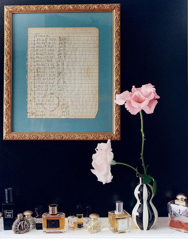 Để hoa quá lâu trong phòng ngủ sẽ khiến căn phòng có một mùi không hề dễ chịu. Hãy bỏ chúng đi sau một thời gian thích hợp.