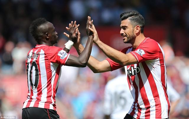 Mane đã kiến tạo để Pelle (phải) ấn định thắng lợi 6-1 cho Southampton.