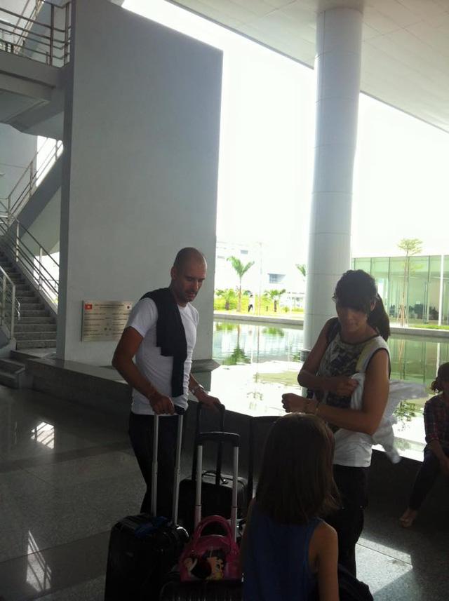 Ông cùng vợ và hai con xuất hiện ở Hà Nội hôm nay.