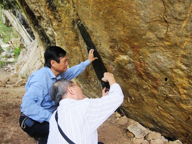 PGS.TS Trình Năng Chung (áo xanh) trong một lần nghiên cứu nhai bích họa.