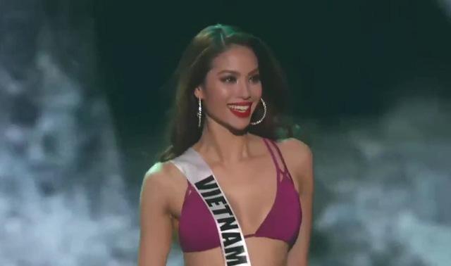 Phạm Hương nở nụ cười tươi tắn trong phần trình diễn bikini.