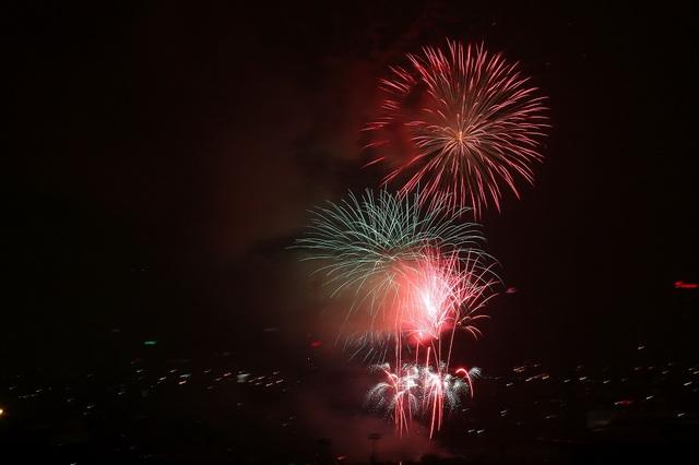 Màn pháo hoa rực rỡ trên bầu trời Hà Nội (Ảnh: EPA)