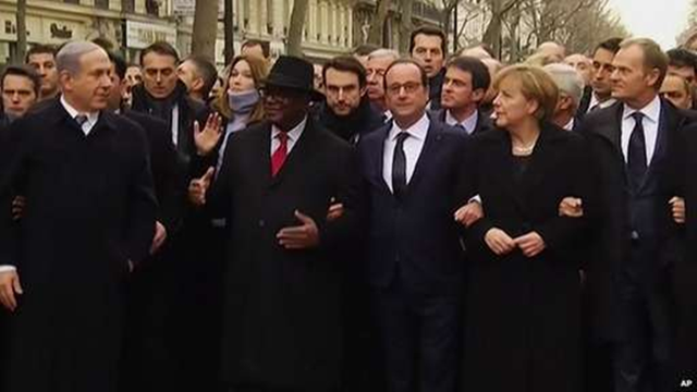 Tổng thống Pháp Francois Hollande và các nguyên thủ thế giới khoác tay nhau cùng tuần hành. (Ảnh: AP)