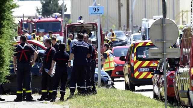 Cảnh sát và lính cứu hỏa tại nhà máykhí đốt công nghiệp gần Lyon, Pháp au khi vụ khủng bố xảy ra. (Ảnh: AFP/Getty Images)