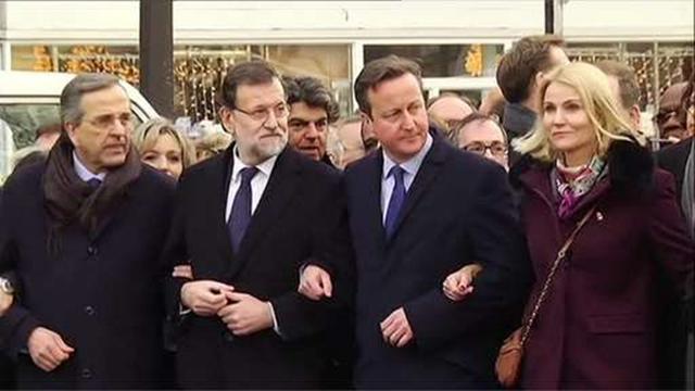 Thủ tướng Anh David Cameron (thứ hai, từ phải sang) và Thủ tướng Đan Mạch Helle Thorning-Schmidt (phải) trong cuộc tuần hành. (Ảnh: BBC)