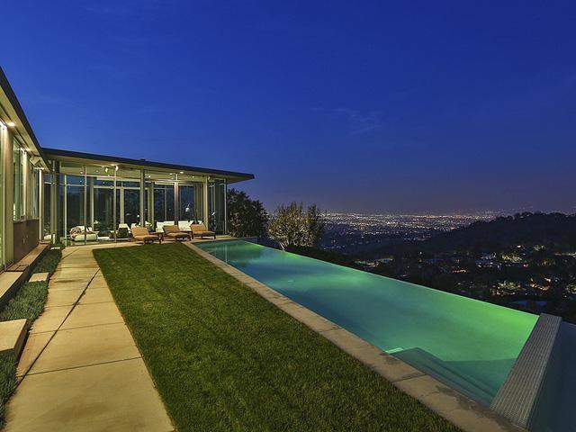 Bể bơi mang vẻ đẹp huyền ảo vào buổi tối.