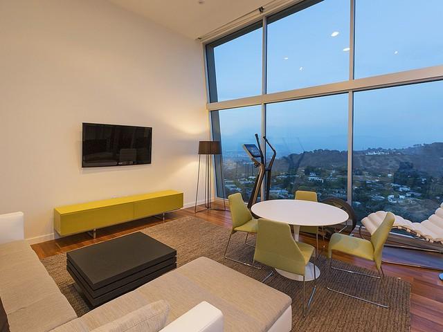 Vật dụng màu vàng tô điểm cho căn phòng thêm rực rỡ.