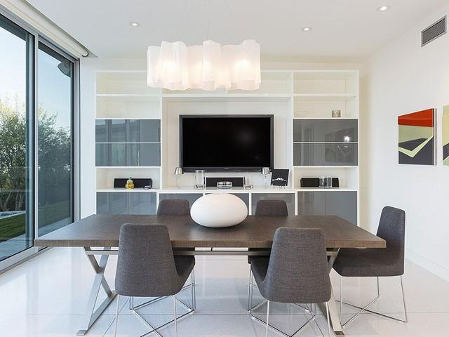 Phòng giải trí được thiết kế hiện đại với nhiều vật dụng màu xám, nhưng vẫn mang không gian thoáng đãng.