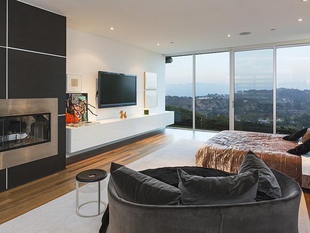 Phòng ngủ có khung cửa sổ lớn nhìn ngắm quang cảnh núi đồi.